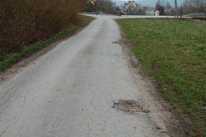 1--pocztek-drogi-na-dz.-nr-50-w-dali-droga-powiatowa-0584T-i-schody-do-kocioa